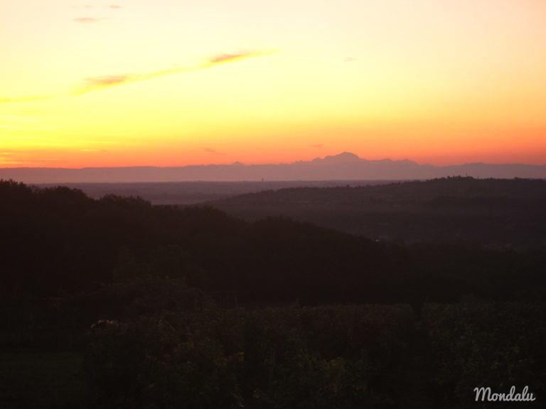 Photo prise un matin de vendanges, lorsque le soleil se lève sur le Mont Blanc