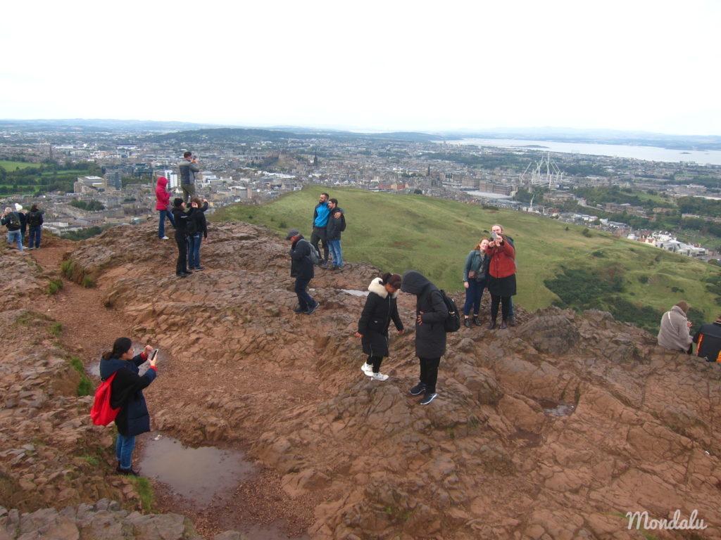 Photo de visiteurs au sommet d'Arthur's Seat à Edimbourg