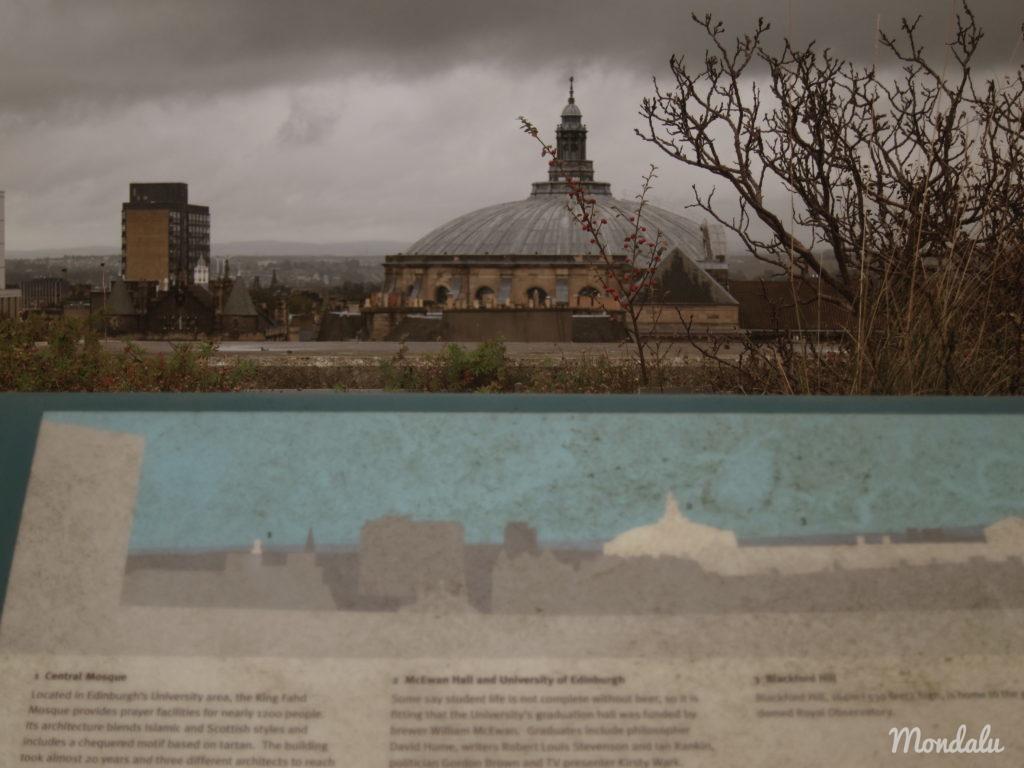 Photo d'un panneau explicatif et de la vue associée, en haut du Musée National de l'Ecosse