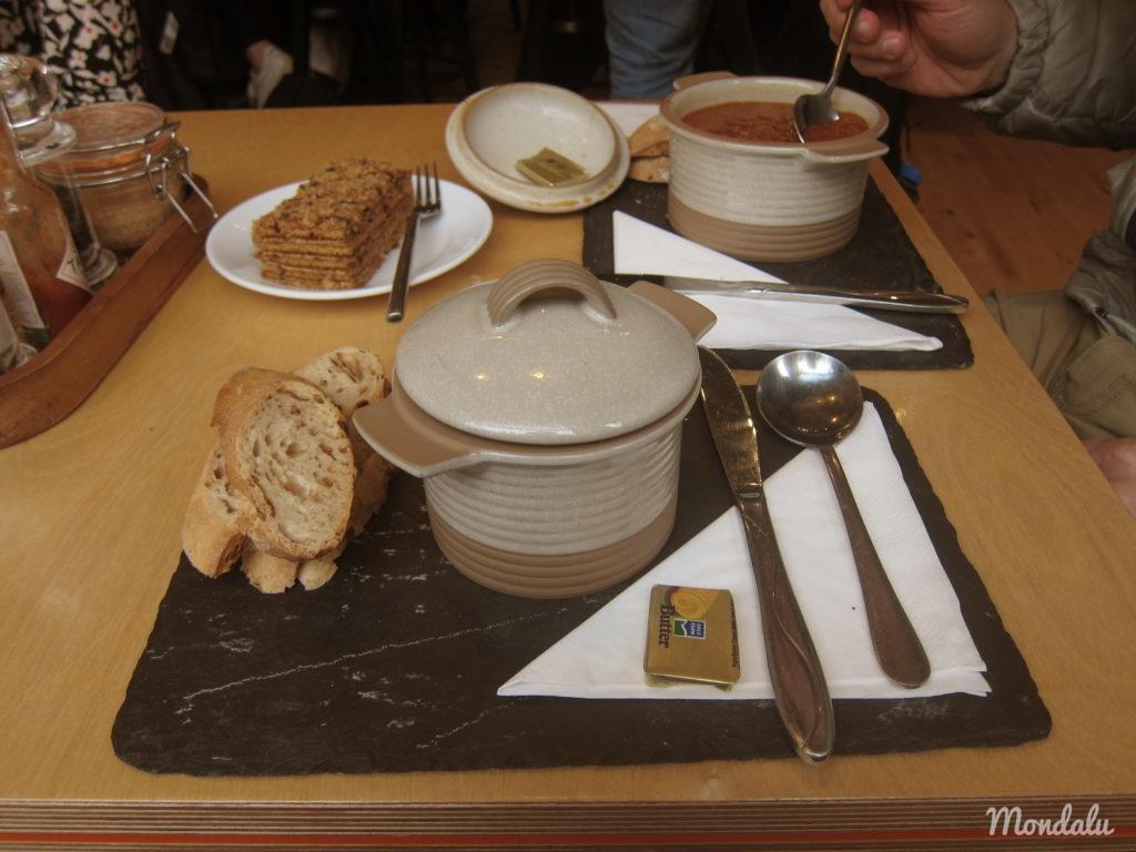 Photo d'un repas à base de soupes dans la ville écossaise d'Edimbourg