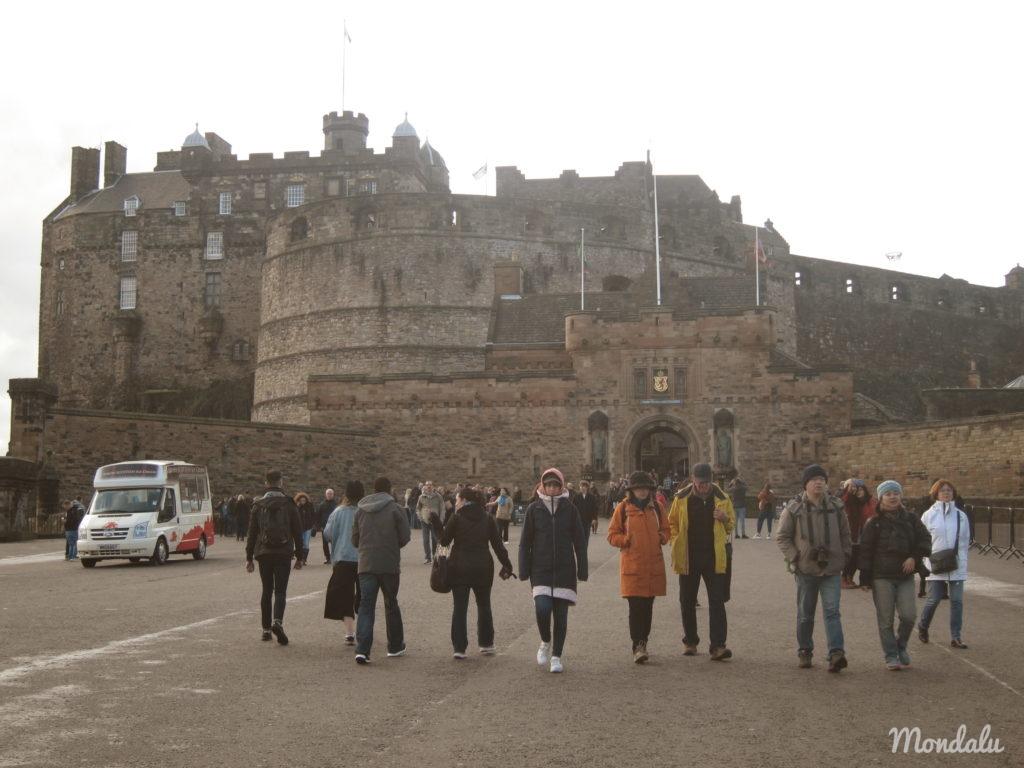 Photo de touristes devant le château d'Edimbourg