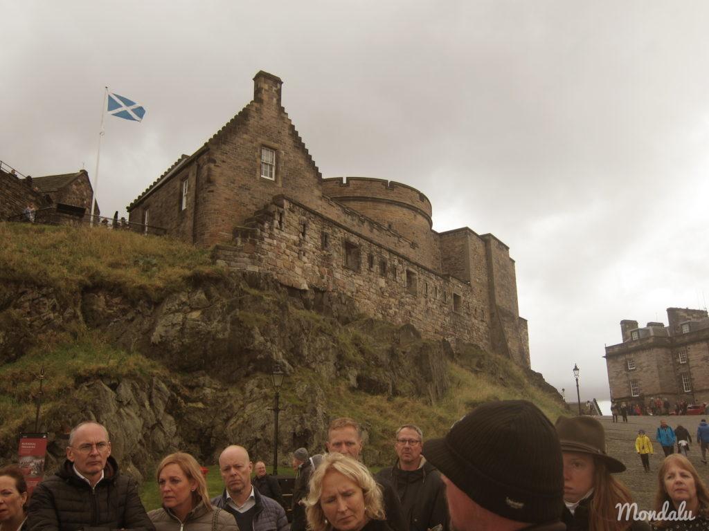 Photo de visiteurs au château d'Edimbourg écoutant le guide