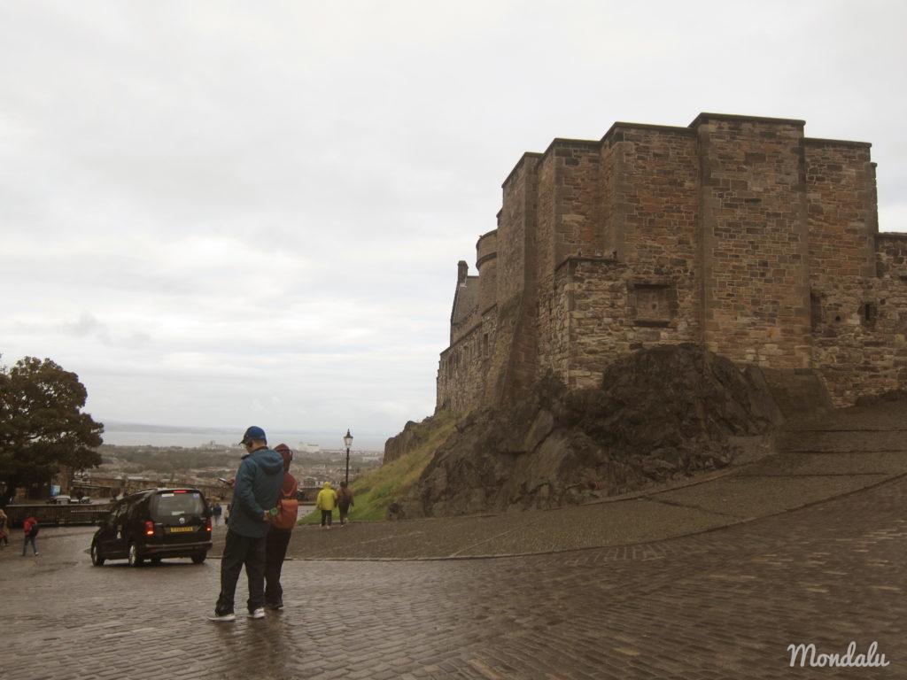 Photo d'un couple posant devant le château d'Edimbourg